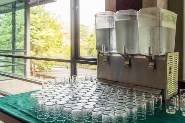 Viele gläser auf einem tisch, leere trinkgläser in einer reihe, viele leere schnapsgläser, leeres kristallweinglas
