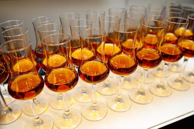 Viele gläser mit cognac.