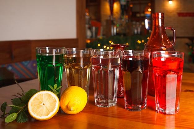 Viele gläser mit verschiedenen natürlichen limonaden in verschiedenen farben