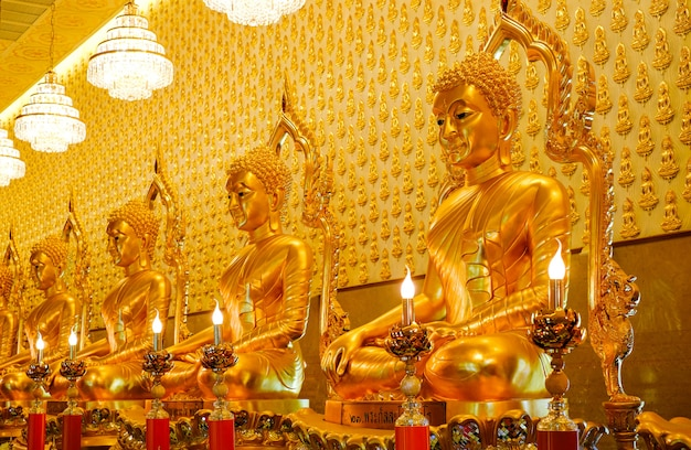 Viele goldene buddha-statuen im tempel des muangboran-museums