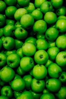 Viele grüne reife äpfel