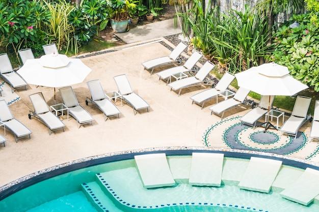 Viele hängematten in einem pool