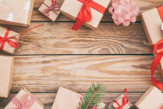 Viele handgemachte weihnachtsgeschenkboxen auf hölzernem hintergrund.