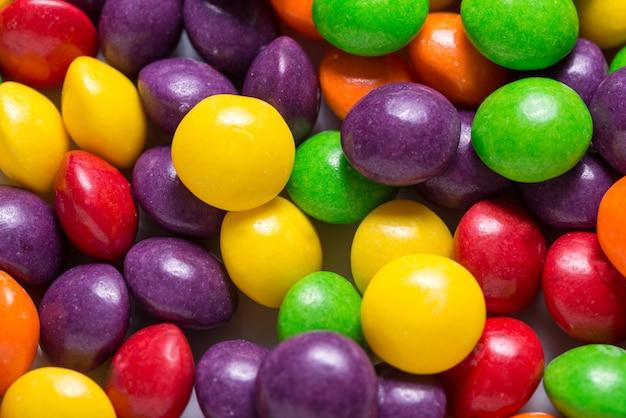 Viele helle süße süßigkeiten, farbiger hintergrund
