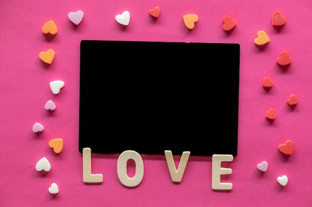 Viele herzen mit wort liebe auf rosa hintergrund, liebesikone, valentinstag, beziehungskonzept