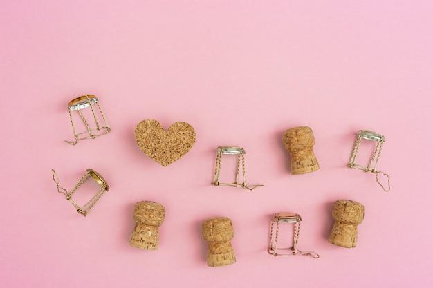 Viele holzkorken und metallmuscheln aus champagner