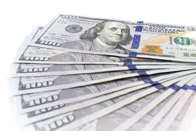 Viele hundert usd-banknoten mit benjamin franklin liegen wie ein lokalisierter fan