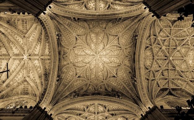 Viele interessante details in diesem innenraum der kathedrale von sevilla (spanien) - 400 jahre alt