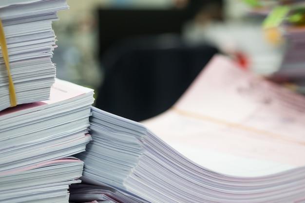Viele jobs warten darauf, auf dem tisch erledigt zu werden, beschäftigtes konzept