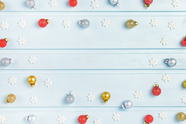 Viele kleine weihnachtskugeln und dekorative schneeflocken sind in einem kreis.
