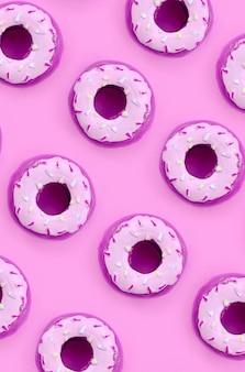 Viele kleinen plastikschaumgummiringe liegen auf einem bunten pastellhintergrund