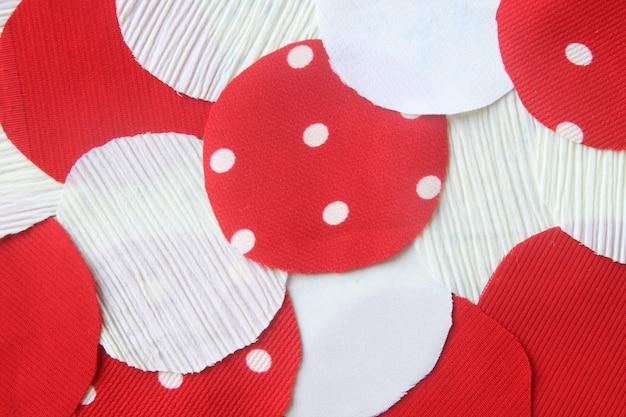 Viele kreisen rotes und weißes lappengewebe für hintergrund ein
