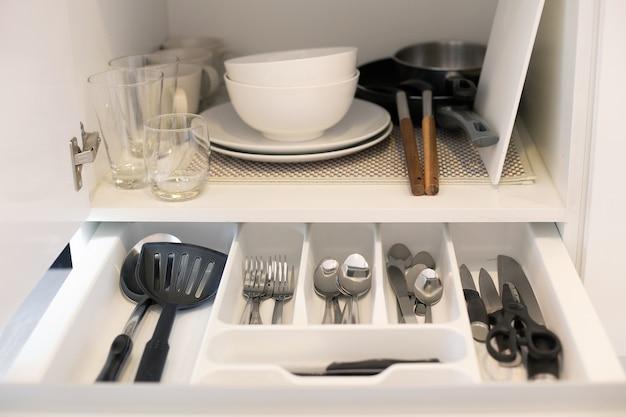 Viele küchenutensilien sind im schreibtisch untergebracht