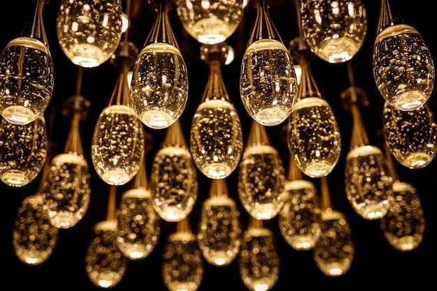 Viele lampen mit wasser im inneren.
