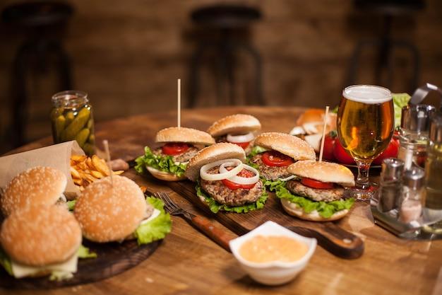 Viele leckere burger liegen auf einem tisch in einem vintage-pub oder restaurant