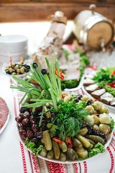 Viele leckere speisen liegen am hochzeitstag auf dem tisch