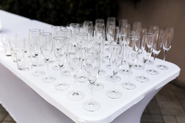 Viele leeren sauberen gläser für gäste an der festlichen hochzeitstafel des buffets
