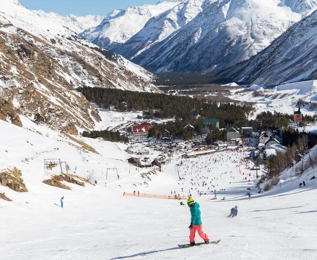 Viele leute, die am elbrus-berg ski fahren
