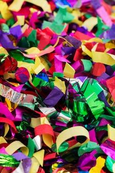 Viele luftschlangen und konfetti