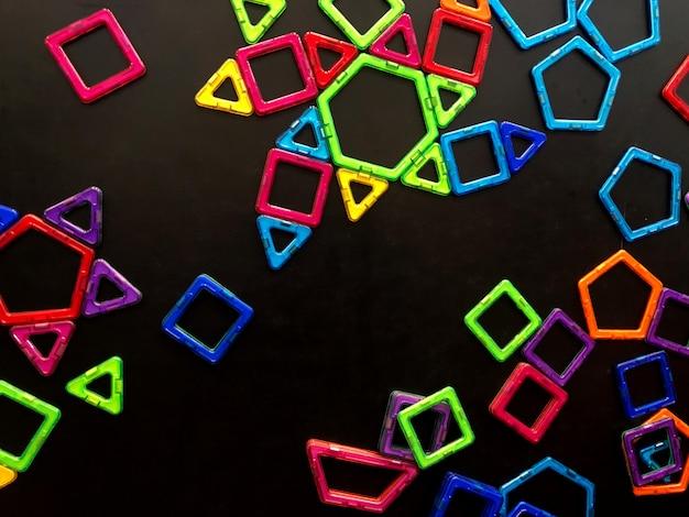 Viele magnete kleben an der tafel