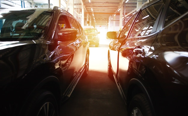 Viele moderne schöne autos parken auf dem parkplatz des einkaufszentrums oder einkaufszentrums
