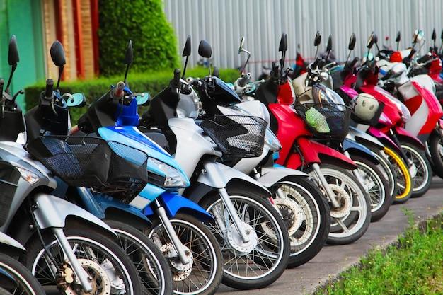 Viele motorräder auf dem parkplatz, thailand