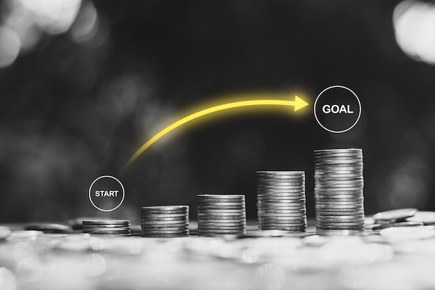 Viele münzen mit technologie-symbolen oben angeordnet, die idee, einen finanziellen start ins ziel zu starten.