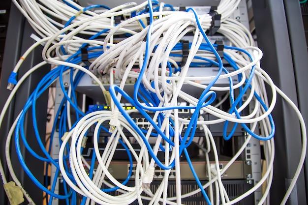 Viele netzwerkkabel und utp-lan-verbindung.