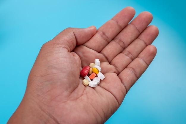 Viele pillen auf der hand des patienten
