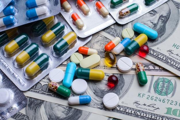 Viele pillen auf geldscheinen