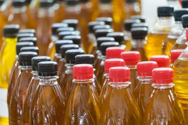 Viele plastikflaschen mit nativem olivenöl extra auf dem markt