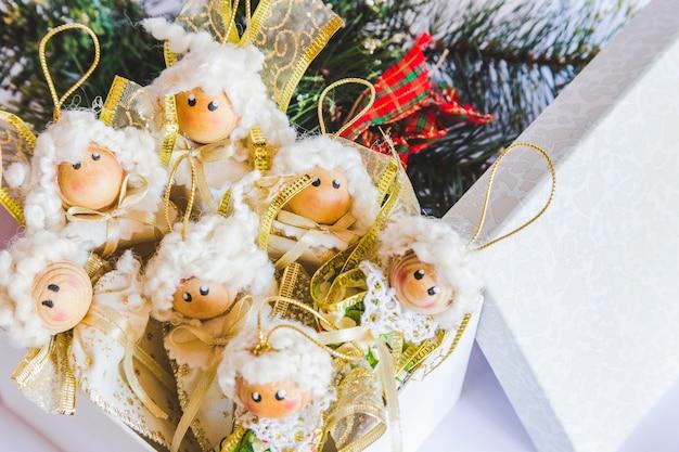 Viele puppenverzierungen in der kiste während des weihnachten