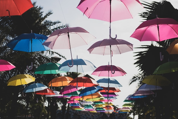 Viele regenschirme färben den himmel