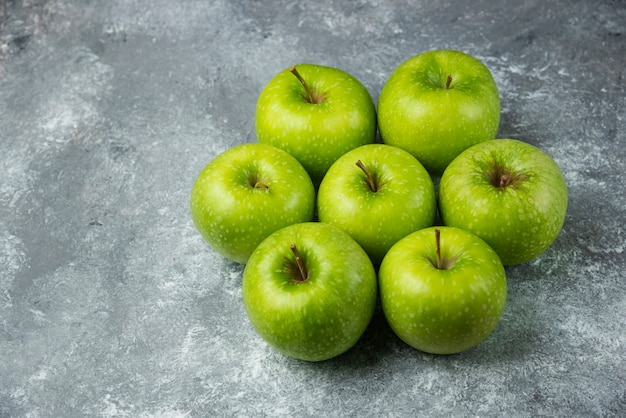 Viele reife äpfel auf marmor.