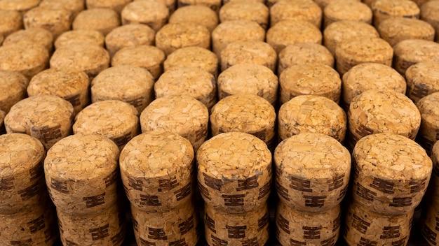 Viele reihen verschiedene hölzerne champagner oder korken vom korkbaum.
