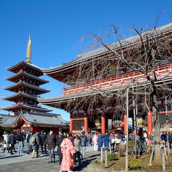 Viele reisende am eingang des sensoji-tempels