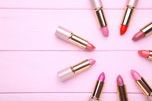 Viele rosa lippenstifte auf rosa, abschluss oben