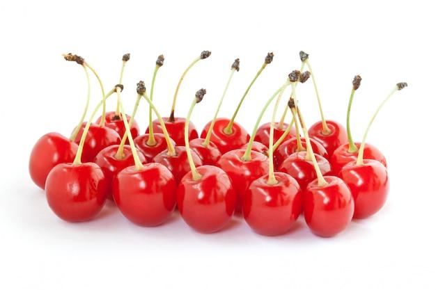 Viele rote kirschen isoliert auf weiß