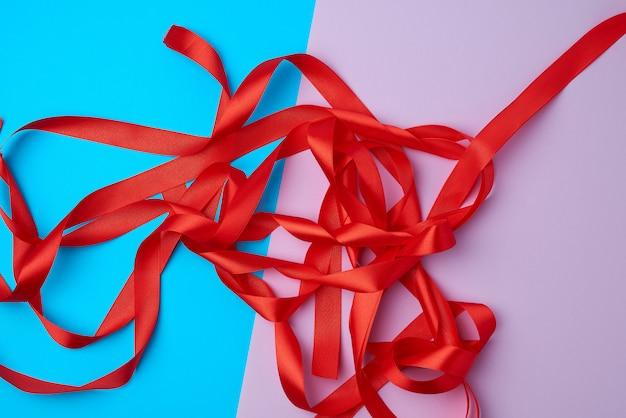 Viele rote satinbänder