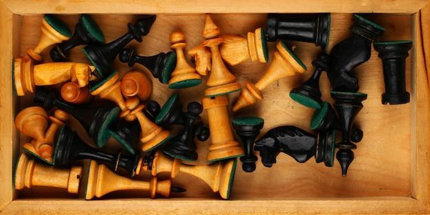 Viele schachfiguren in einer box