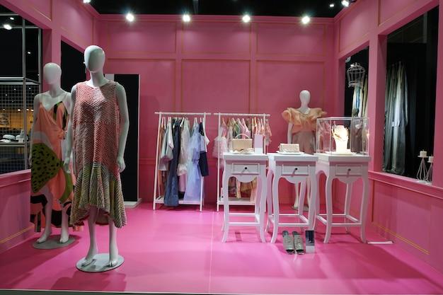Viele schaufensterpuppe mit dress up mit bereit, kleid zu tragen