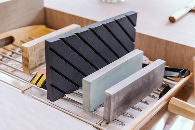 Viele schleifscheiben in verschiedenen größen zum schärfen des japanischen küchenmessers