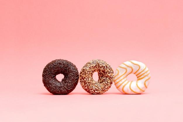 Viele schöne donuts auf blauem hintergrund