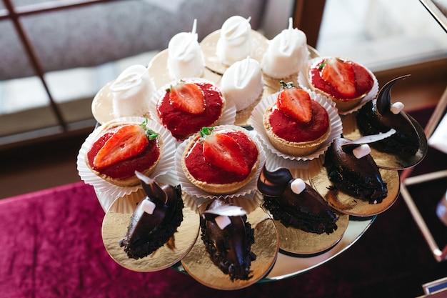 Viele schöne und leckere süßigkeiten auf dem tisch