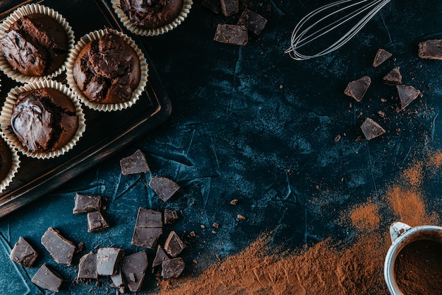 Viele schokoladenmuffins auf schwarzem hintergrund,