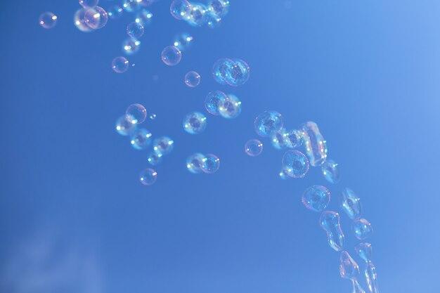 Viele seifenblasen gegen einen blauen himmel