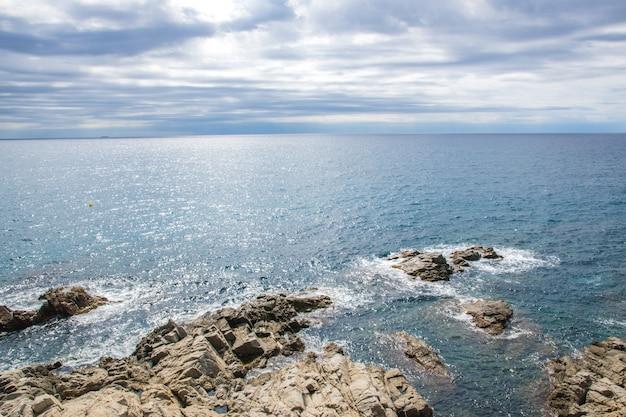 Viele steine im wasser im meer in spanien.