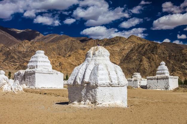 Viele stupas
