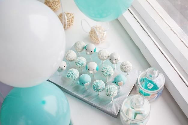Viele süße geburtstagskuchen-pops und geburtstagsballons