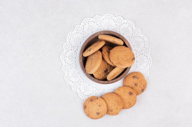 Viele süße kekse auf holzplatte